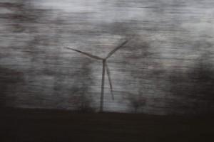 Energie Windrad verwischt von einer Spur Bäume