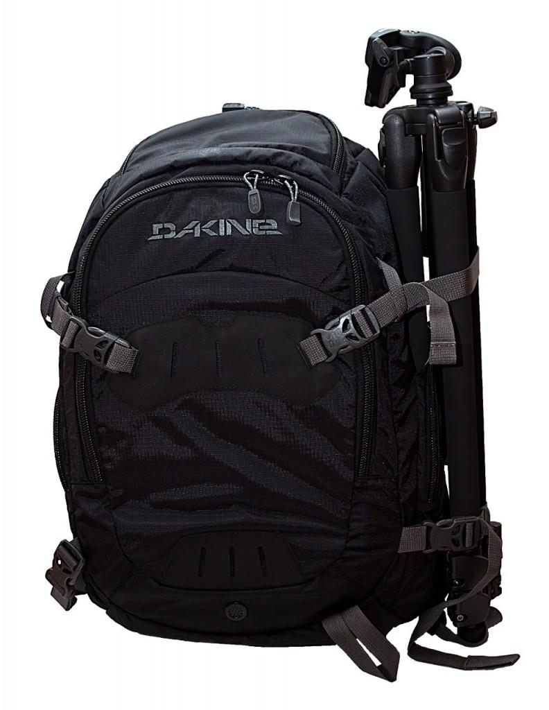 schwarzer Kamerarucksack von Dakine mit Stativ
