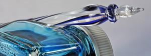 Glasfeder mit blauem Tintenfass
